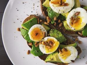 إليك قائمة الأغذية الصحية التي تمد الجسم بالطاقة