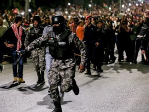 بالفيديو: الأردن يعرض صور 8 متهمين عرب بالمشاركة بالاحتجاجات