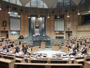 """جلسة """"انفعالية"""" للبرلمان الأردني تخللها مشاجرة بزجاجات و""""عقال رأس"""" وتحرش بـ""""القضاء"""" – (فيديو)"""