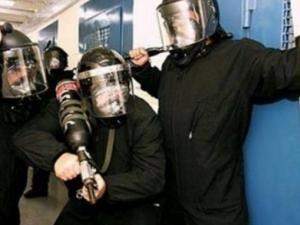 """وحدات القمع بالسجون تقتحم قسم (15) في """"عوفر"""" وتعتدي على الأسرى بالضرب"""