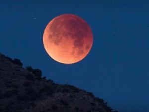 العالم يشهد ظاهرة القمر الوردي الجمعة