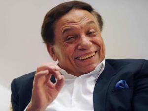 هكذا سخر عادل إمام من ضعف الإقبال على مراكز الاقتراع (شاهد)