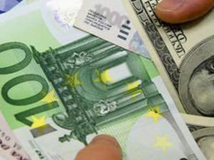 اليورو يهوي والدولار يسجل أفضل أداء في ستة أشهر