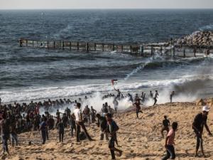 الاحتلال يستهدف المشاركين في الحراك البحري بقنابل الغاز شمال قطاع غزة