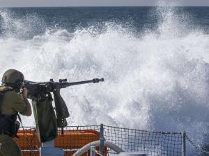 زوارق الاحتلال تستهدف مراكب الصيادين في بحر شمال غزة
