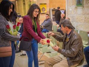 بنك القدس ينثر الحب بين عملائه