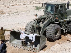 هآرتس: الإحتلال يؤجل إخلاء الخان الأحمر