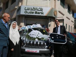 بنك القدس يسلَم الفائز من فرع غزة جيب شيروكي