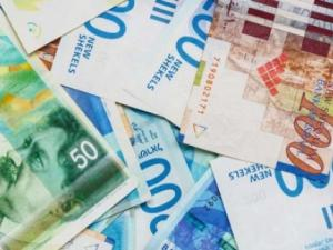الدولار ينخفض قليلًا