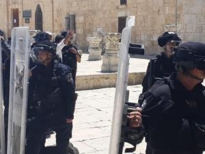 وسط توتر داخل باحاته.. الاحتلال يحاصر حراساً بمسجد قبة الصخرة في الأقصى