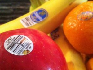 هل تعرف ماذا تعني الملصقات الصغيرة على الفواكه والخضروات؟