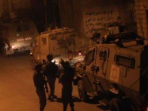 حملة اعتقالات والقاء قنبلة على دورية للاحتلال في الضفة