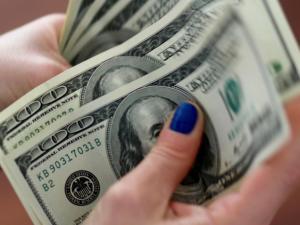 الدولار يرتفع قليلًا