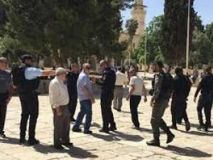 المصلون يتصدون لشرطة الاحتلال بالمسجد الاقصى