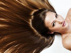 زيت الثوم والحبة السوداء.. إستخدميها وستغنيكِ عن زيارة صالون الشعر