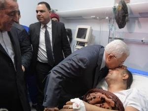 الرئيس يعود عاطف أبو سيف في مجمع فلسطين الطبي ويطمئن على صحته