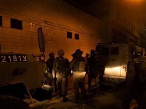 الاحتلال يشن حملة اعتقالات بمداهمات بالضفة