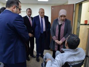 بنك القدس يوفر كرسيين كهربائيين لشخصين من ذوي الإعاقة