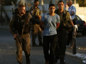 الاحتلال يعتقل 4 شبان ويداهم منازل في رام الله