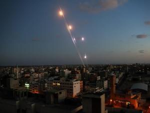 """محلل عسكري: حماس تنقل رسالة لـ""""إسرائيل"""" عبر قذيفة صاروخية"""