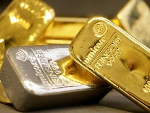 الدولار يرتفع والذهب يستقر