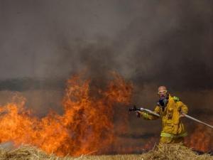 حريق كبير بغلاف غزة بفعل بالونات حارقة