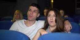 طرد فتاة من السينما بسبب الضحك.. هذا ما جرى