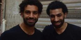 شبيه محمد صلاح يفاجئ معجبي نجم ليفربول (فيديو)