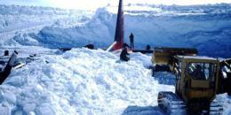 إنقاذ طائرة مدفونة بالجليد بعد 16 عاما من تحطمها (صور)